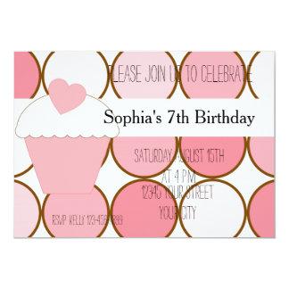 Aniversário cor-de-rosa do cupcake e dos pontos convites personalizados