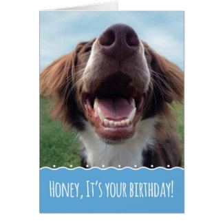 Aniversário da esposa, cão feliz com sorriso cartão comemorativo