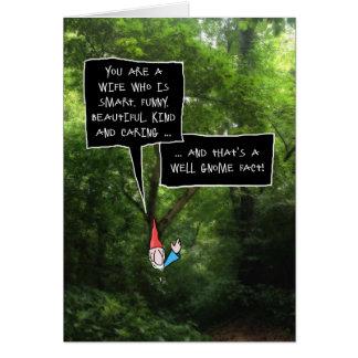 Aniversário da esposa, gnomo cómico na floresta cartão comemorativo