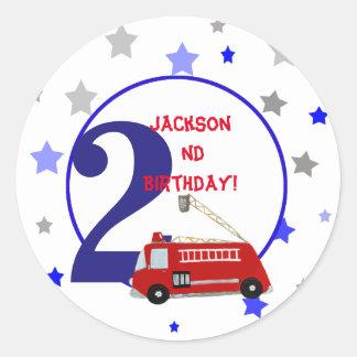 Aniversário da ilustração do firetruck das adesivo redondo