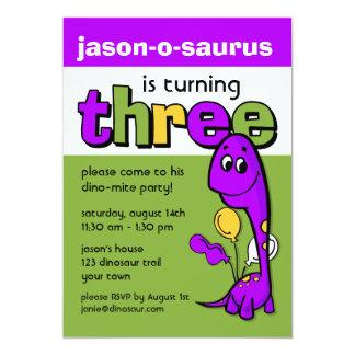 Aniversário de 3 anos roxo do dinossauro convite