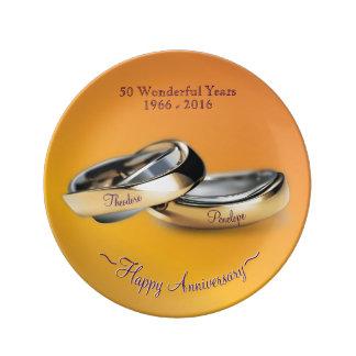 Aniversário de casamento do ouro dos anéis de ouro prato de porcelana