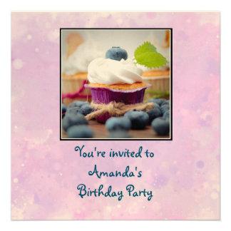 Aniversário delicioso do cupcake do mirtilo convite quadrado 13.33 x 13.33cm