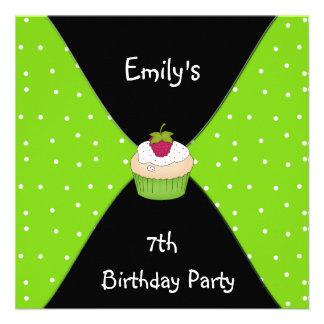 Aniversário do cupcake branco preto do verde limão convites personalizados