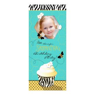 Aniversário do cupcake da abelha do aniversário convites personalizados