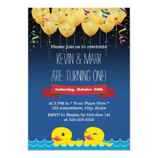 Aniversário dos confetes & dos balões & dos gêmeos convite 12.7 x 17.78cm