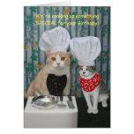 Aniversário engraçado dos gatos do cozinheiro cartão comemorativo