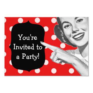 Aniversário retro da mulher apontando convites personalizados