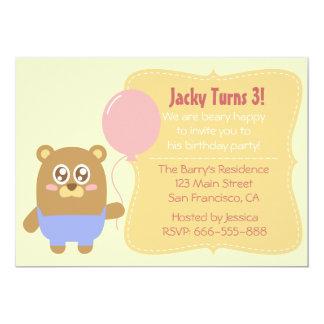 Aniversário: Urso marrom de Kawaii que guardara um Convite 12.7 X 17.78cm