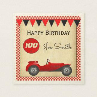 Aniversário vermelho do carro de corridas e das guardanapo de papel