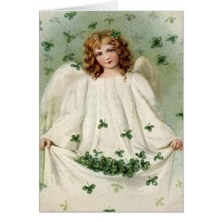 Anjo com o cartão do dia de St Patrick do trevo