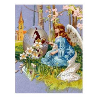 Anjo que abre um ovo da páscoa cartão postal