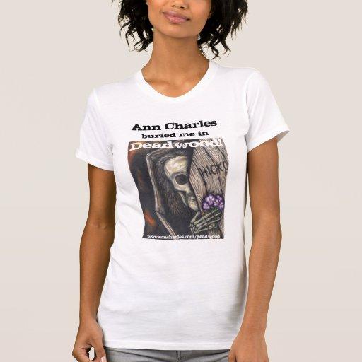 Ann Charles enterrado no t-shirt da palha