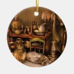 Antiguidade - nosso primeiro apartamento ornamento de cerâmica redondo