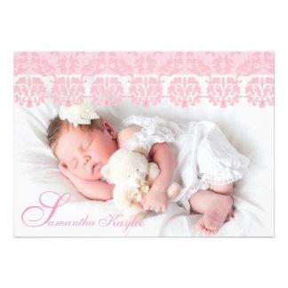 Anúncio cor-de-rosa laçado do nascimento da foto