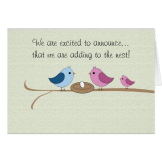 Anúncio da gravidez que enche o ninho cartão comemorativo