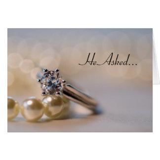 Anúncio do noivado do anel de diamante e das