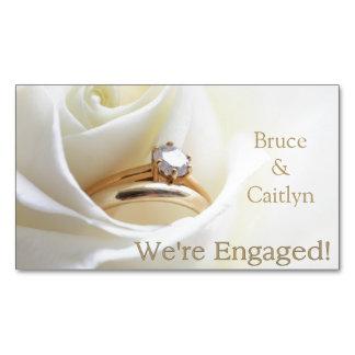 anúncio do noivado do rosa branco e dos anéis