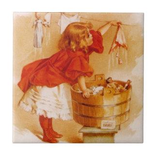 Anúncio do sabão das bonecas da menina de dia da