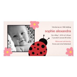Anúncio doce do nascimento do bebé do joaninha cartão com foto