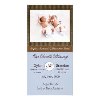 Anúncio gêmeo do nascimento dos meninos cartão com foto