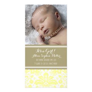 Anúncio novo do nascimento do bebê da foto amarela cartão com foto