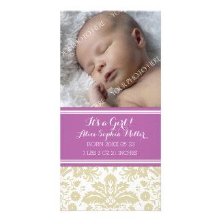 Anúncio novo do nascimento do bebê da foto roxa do cartão com foto