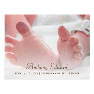Anúncio recém-nascido do nascimento dos pés do cartão postal