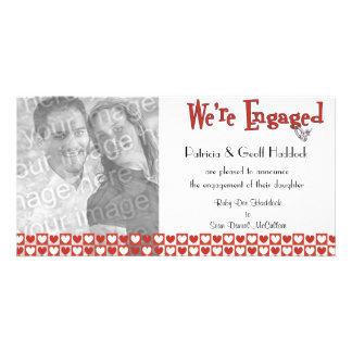 Anúncio vermelho e branco do noivado da foto dos c cartão com foto