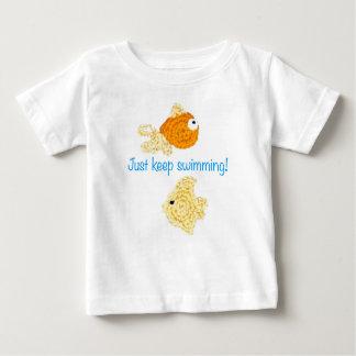Apenas mantenha nadar! camiseta para bebê