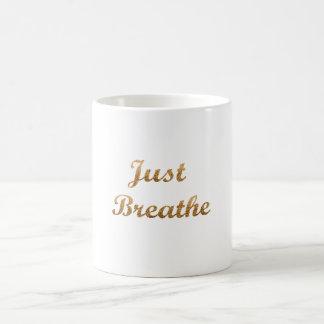 Apenas respire a caneca de café