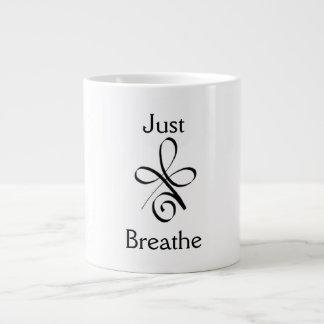 Apenas respire caneca de café grande
