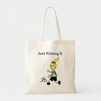 Apenas retrocedendo o sacola da menina do futebol bolsa