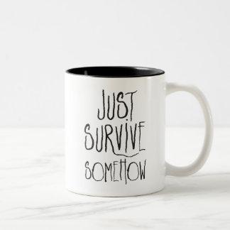 Apenas sobreviva de algum modo caneca de café em dois tons