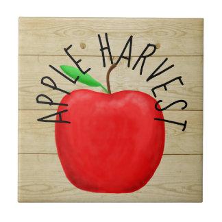Apple vermelho colhe o azulejo de madeira do sinal