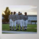 Árbitros do futebol americano que falam no campo posters