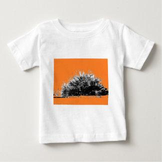 Arbusto selvagem do deserto com laranja camiseta