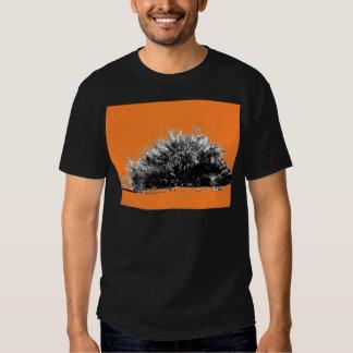 Arbusto selvagem do deserto com laranja tshirt