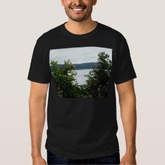Arbustos de florescência na água camiseta