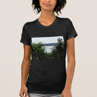 Arbustos de florescência na água t-shirt