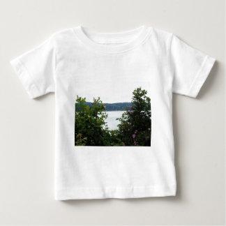 Arbustos de florescência na água tshirts