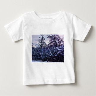 Arbustos escuros no inverno camiseta para bebê