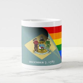 Arco-íris do orgulho gay da bandeira de Delaware Caneca De Café Grande