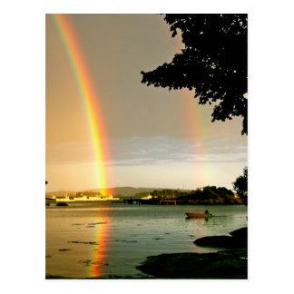 Arco-íris dobro do cartão sobre a água