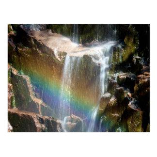Arco-íris em uma cachoeira cartão postal