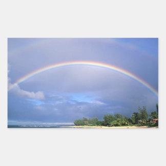 Arco-íris sobre uma etiqueta da praia