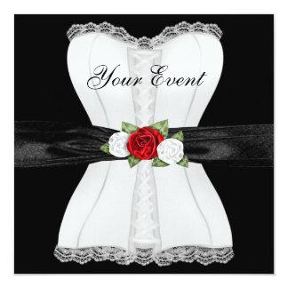 Arco vermelho da flor dos rosas brancos do convite