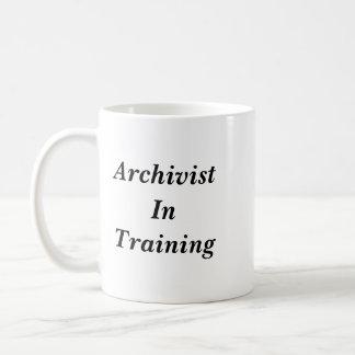 Arquivista na caneca do treinamento