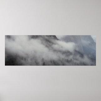 Arte da montanha do banco de nuvem da floresta pôster