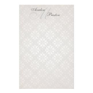 Artigos de papelaria brancos do casamento do laço